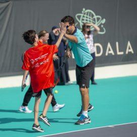 رياضيو الأولمبياد الخاص يتدربون مع لاعب التنس الأسطوري كيفين أندرسون