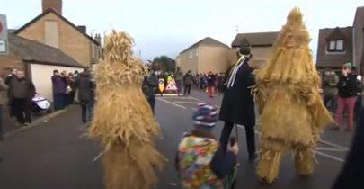 """""""دببة القش"""" تقتحم شوارع مقاطعة كيمبردج الإنجليزية"""