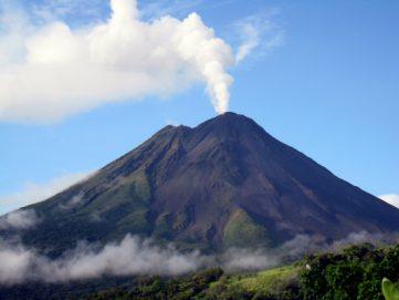 بركان ينفث حمما زرقاء.. والعلم يكشف حقيقتها