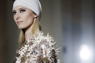 خلال إحدى عروض أزياء  2019 في باريس
