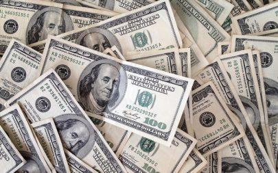 الدولار يتراجع أمام الين واليورو في ختام أقوى عام منذ 2015