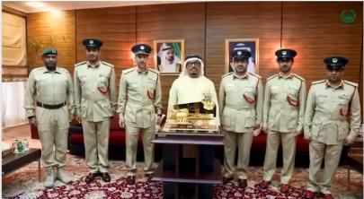 ضاحي خلفان يتسلم درع تخريج أكاديمية شرطة دبي