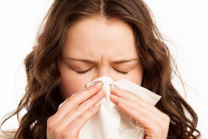 احمرار العين والصداع من اعراض حمى القش