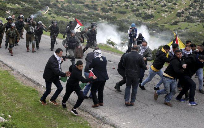 إصابة 20 فلسطينياً بمواجهات مع الاحتلال في نابلس
