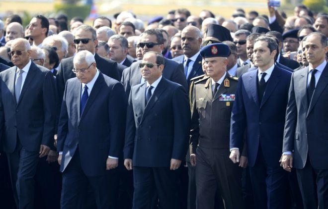 السيسي يتقدم مشيعي مبارك في مراسم عسكرية مهيبة