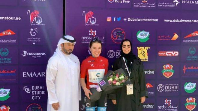 البريطانية لوسي تفوز ببطولة المرحلة الأولى في طواف دبي النسائي