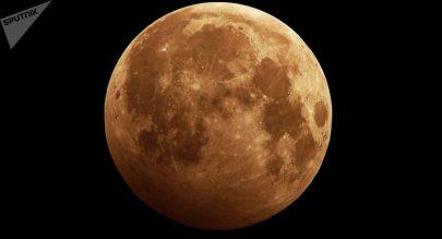 علماء يعملون على استخراج المياه من غبار القمر