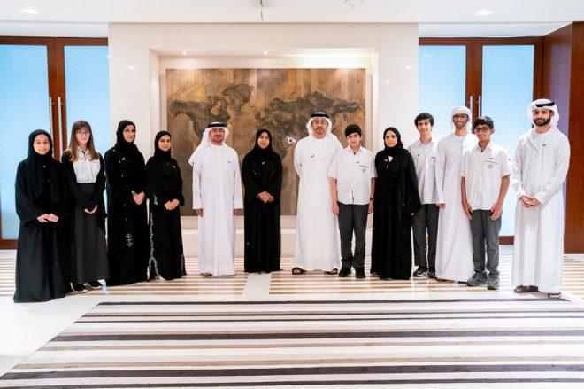 عبدالله بن زايد يستقبل وفداً من طلبة مدارس الإمارات الوطنية