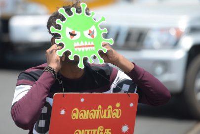 ناشط في الهند يصنع قناعاً على شكل فيروس كورونا داعياً لالتزام المنازل
