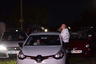 فرنسية تتابع فيلماً سينمائياً من السيارة بالهواء الطلق بعد تخفيف الإجراءات