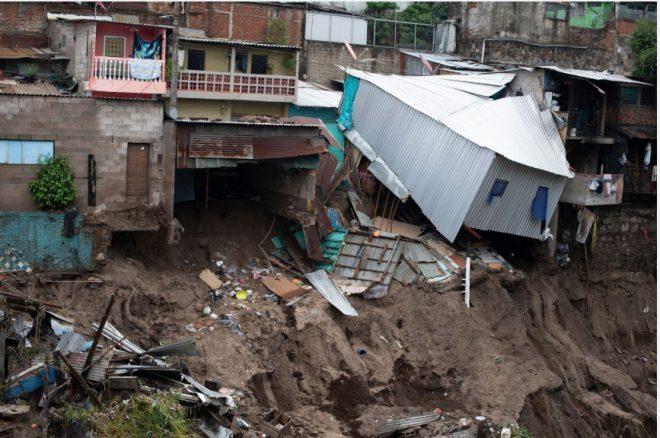 14 قتيلاً بعاصفة استوائية ضربت السلفادور وغواتيمالا