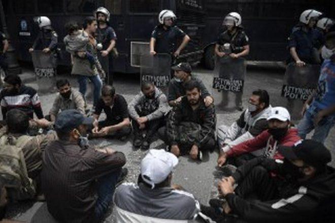 اشتباكات بين الشرطة اليونانية والسكان بشأن مخيم للاجئين