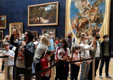 زحام في اليوم الأول من إعادة افتتاح متحف اللوفر بباريس