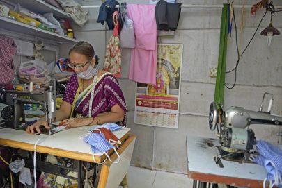 تالا فيجايا لاكشمي خياطة تصنع أقنعة للحماية من فيروس كورونا في الهند