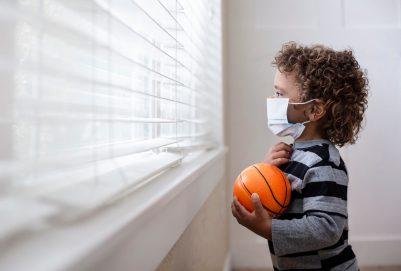 قلق وخوف ورهبة.. الأطفال يعانون جراء العزل المنزلي