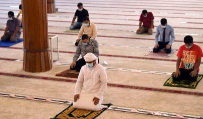 مصلون في مسجد بالشارقة بعد تخفيف القيود عن ارتياد المساجد