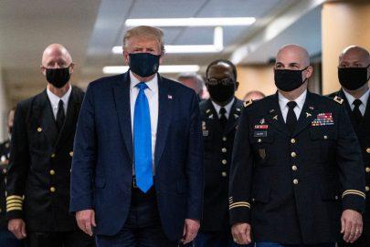 ترامب  يرتدي الكمامة للمرة الأولى منذ تفشي