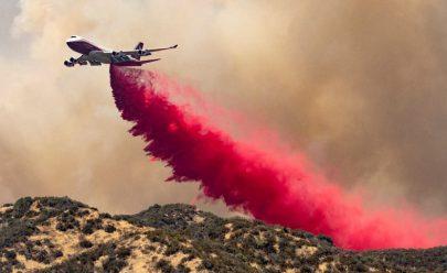 طائرة تخمد حريق مزارع التفاح بالقرب من بانينج كاليفورنيا