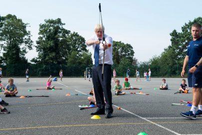 جونسون يشارك في تمارين الرماية بالمخيم الصيفي في مدرسة ماري للبنات بأبمينستر