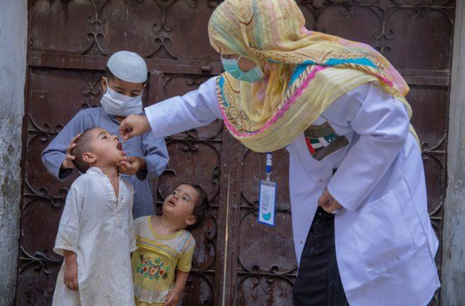 تنفيذ أول حملة بالعالم لتطعيم الأطفال ضد شلل الأطفال في ظل