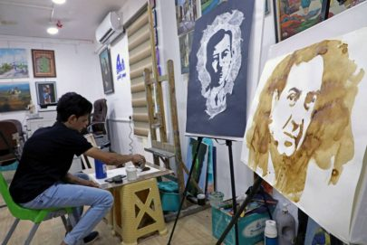 فنان عراقي يبدع لوحاته بالقهوة