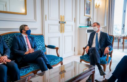 عبدالله بن زايد يبحث تعزيز التعاون مع المستشار الدبلوماسي لرئيس فرنسا في باريس