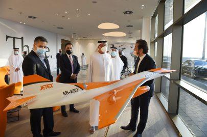 سلطان بن خليفة يزور مبنى الطيران الخاص في