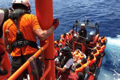 """""""أوشن فايكينغ"""" تستعد لإنزال 370 مهاجراً في إيطاليا"""