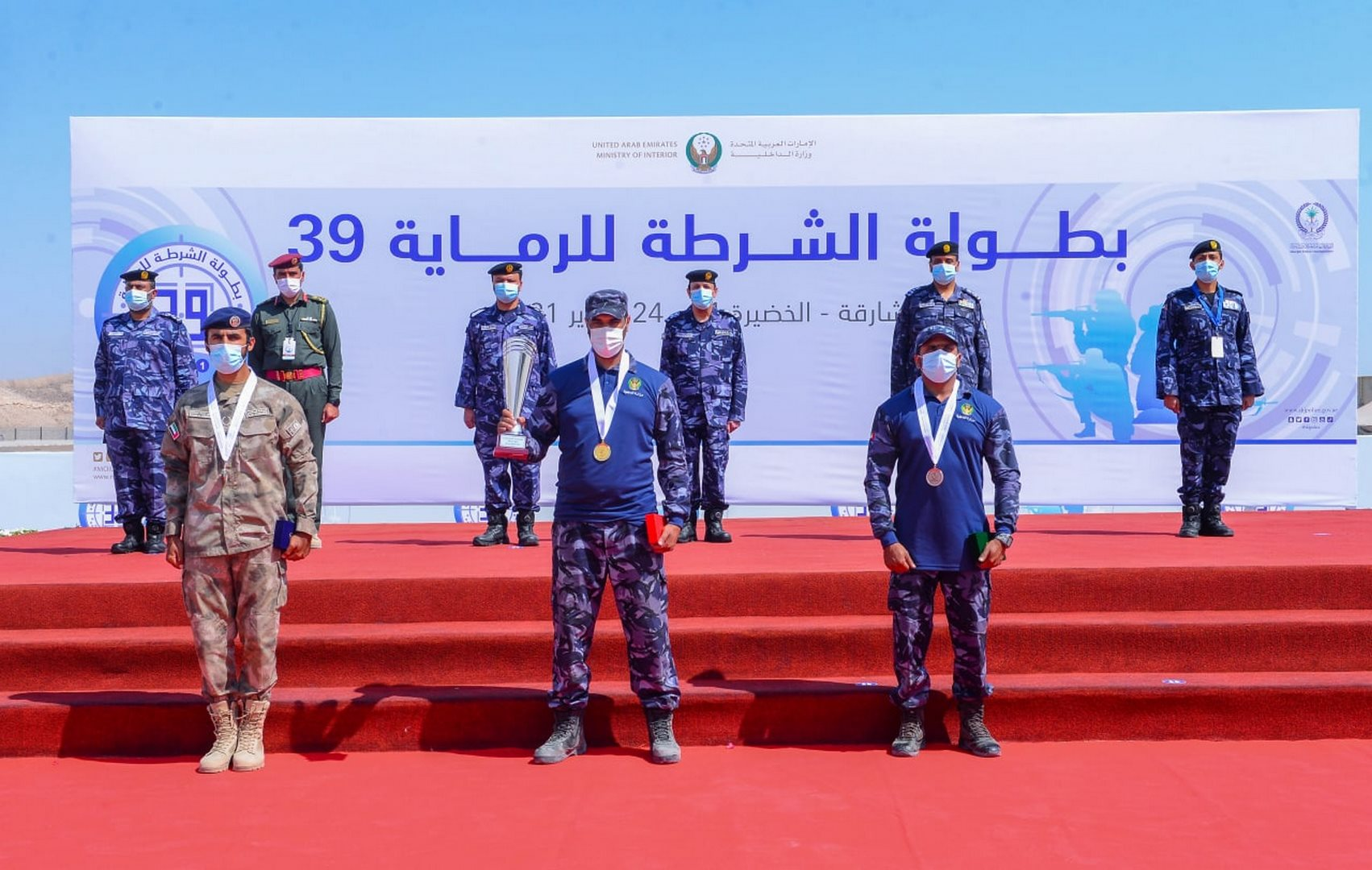 الكعبي يقدم الميداليات والكؤوس للفائزين بالمراكز الثلاثة الأولى في مسابقة رماية العمليات الشرطية بالبندقية