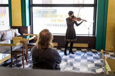 أوركسترا سويسرية تخرج موسيقى الأوبرا إلى الشوارع