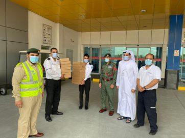 شرطة دبي توزع وجبات إفطار على أفراد خط الدفاع الأول