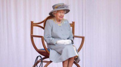 الملكة إليزابيث تكرم العلماء والنجوم في عيد ميلادها