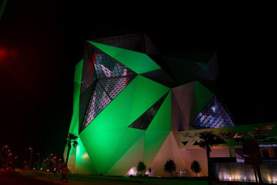"""""""جزيرة ياس"""" تضيء معالمها بألوان العلم السعودي مع عروض الألعاب النارية المميزة"""
