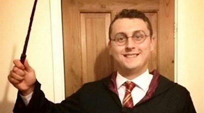 يمضي حياته في إقناع الآخرين أن اسمه الحقيقي هاري بوتر