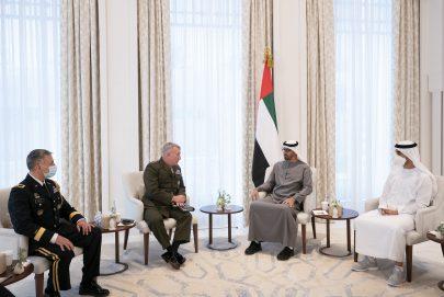 محمد بن زايد يبحث تعزيز علاقات الصداقة مع قائد القيادة المركزية الأمريكية